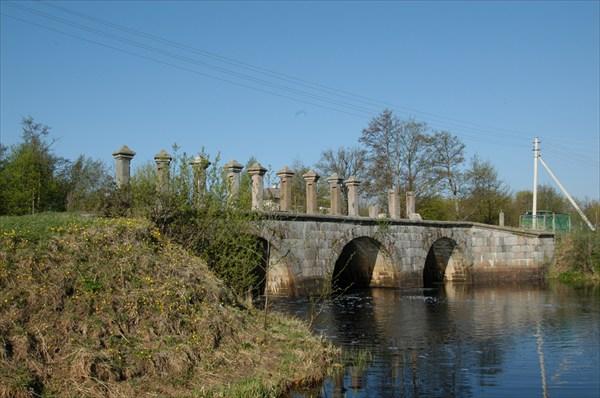 на фото: Мост в деревне Дубно