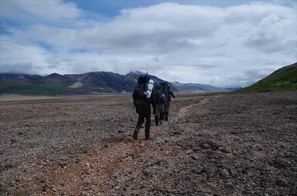 Пошли через долину. Наша цель - пересечь ее и подняться к лагерю