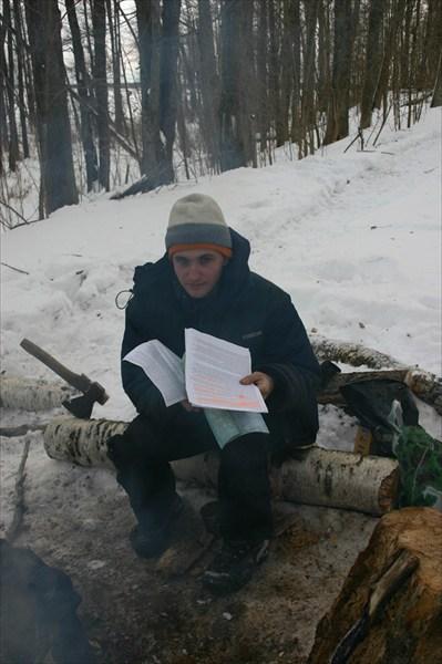 Рома читает инфу о монастыре