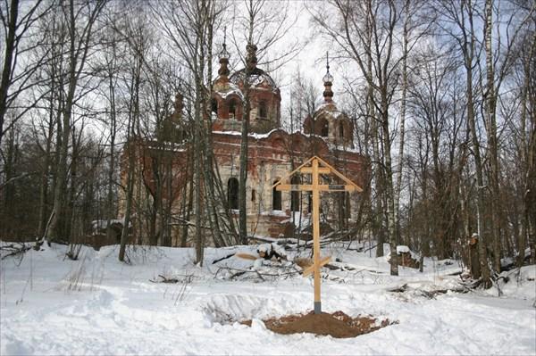 Только что установленный крест на фоне монастыря