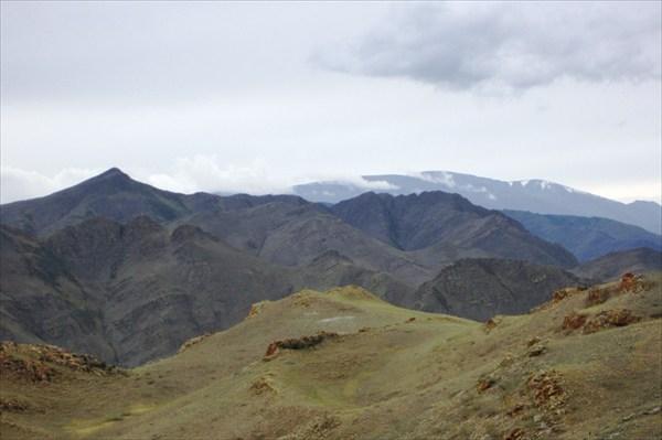 Далеко в тумане Кызыл-Тайга.