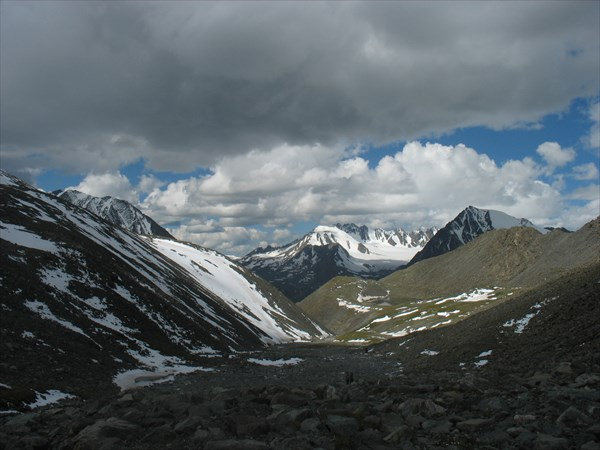 Каньон, спускающийся к караоюку и озеро над ним