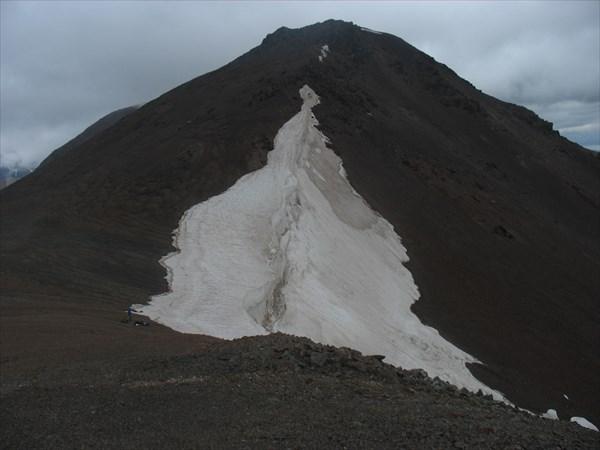Снежный карниз на пер. Акбул. Вид с юга.