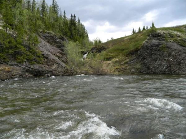 Ручей падает с горы