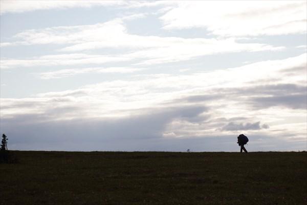 Олег на фоне северного неба.