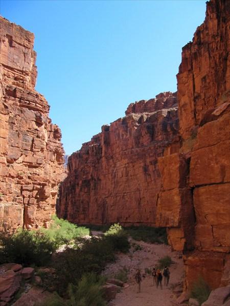 Идем внутри каньона
