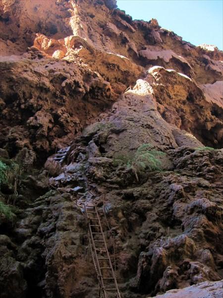 Спускаемся вниз около водопада Муни