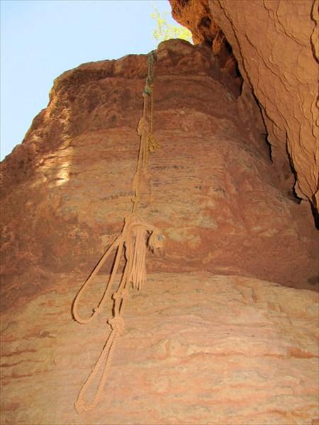 По этой веревке взбираемся наверх