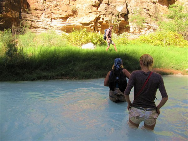 Неоднократно переходим реку вброд. По дороге к реке Колорадо