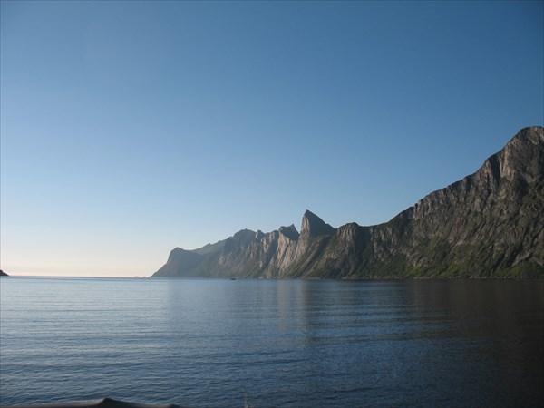 На берегу  фьорда Meforden.