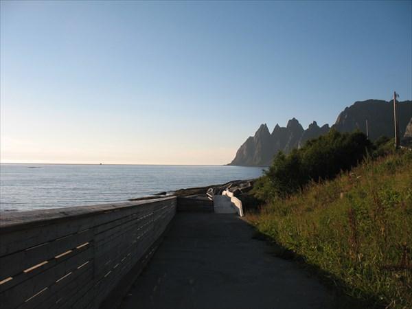 Смотровая площадка на берегу  фьорда Ersfjorden.