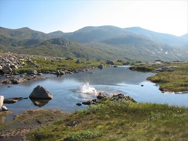 Утреннее купание в горном озерке