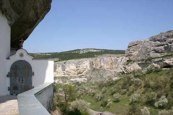 На площадке Свято-успенского пещерного монастыря