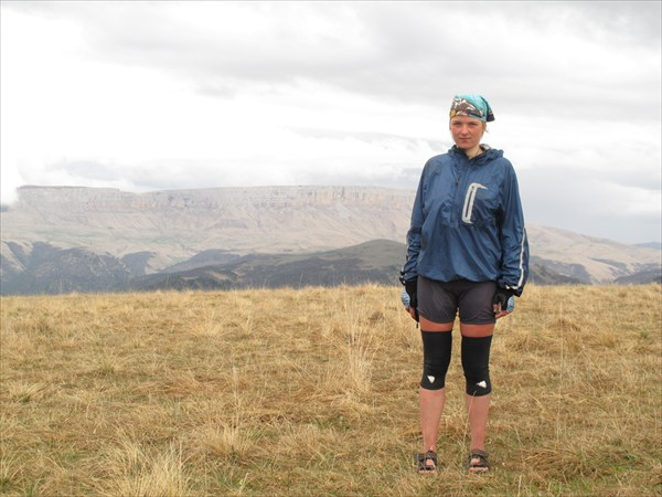 На фоне плато Кинжал