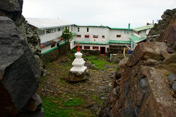 Храмовый двор.