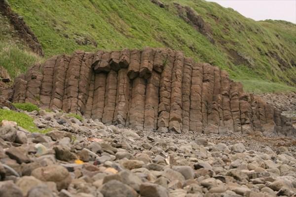 Столбчатая каменюка на берегу