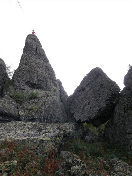 Скалы из круглой гальки