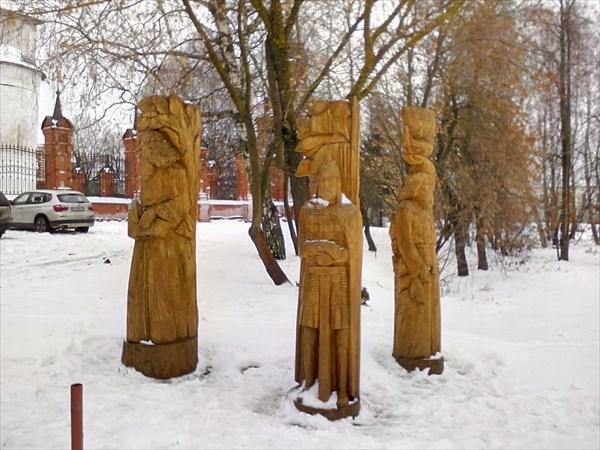 Волоколамск, деревянные фигуры у Кремля