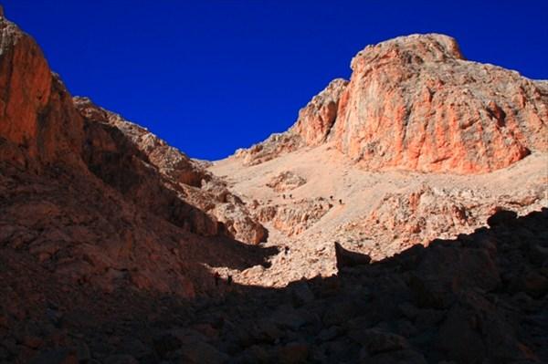 Первый крутой участок осыпи на спуске с плато