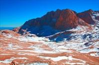 Бесснежное плато Ёдигель, справа вдали – первые его озера