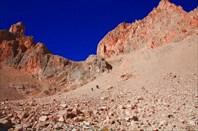 Второй крутой участок осыпи на спуске с плато