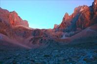 Вид с зеленой поляны на спуск с плато Ёдигёль