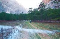 Дорога от зеленой поляны вниз