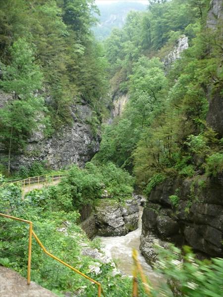 В Гуамском ущелье, вид из поезда