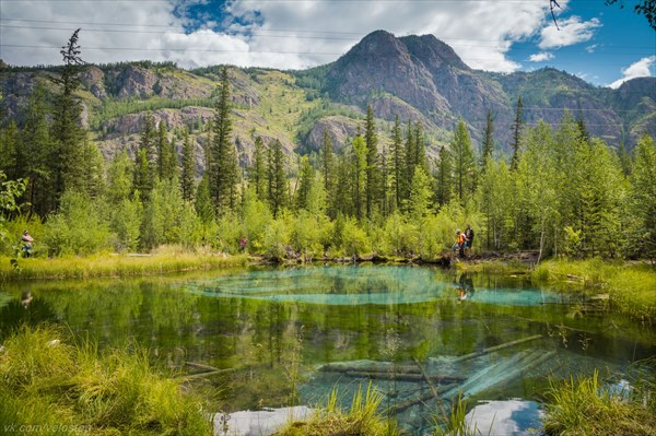 Голубое озеро с меняющимся рисунком на дне.