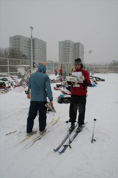 Встают на лыжи в транзитной зоне