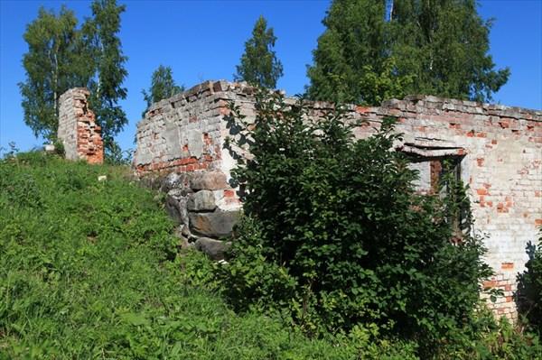 Развалины около монастыря Александра Свирского