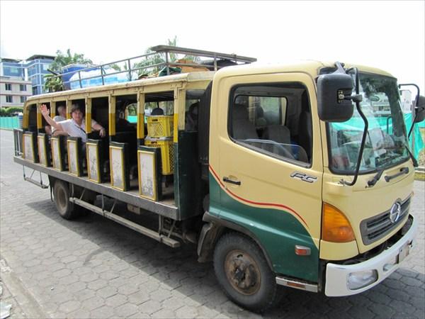вот на таком автобусе началось наше путешествие в Амазонию