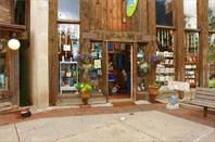 Много туристических,сувенирных магазинов