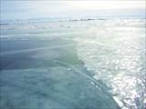 В море, у становой трещины, маячат рыбаки