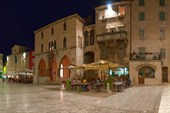 Площадь с кафешками внутри дворца Диоклетиана