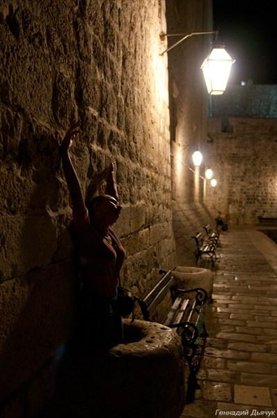 Где еще позировать, как не у древних стен?