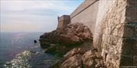 Камни у стен Дубровника, на которых мы купались