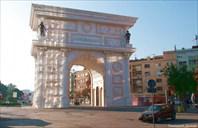 Скопье. Триумфальная арка нового государства.