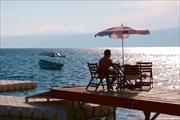 Уютные кафешки Охрида, стоят непосредственно на озере