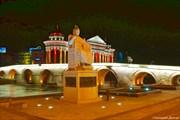 """Монумент императору Юстиниану, на фоне """"Каменного моста""""."""
