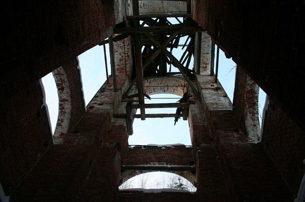 Вид снизу вверх в колокольне заброшенной церкви