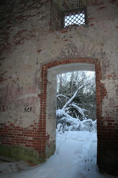 За стенами церкви в полную силу властвует зима