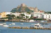 Вид с моря на припортовую часть о. Искья и крепость Арагонезе