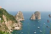 Остров Капри. Скалы на входе в бухту Марина Гранде