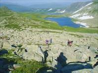 Спуск с хребта в долину к озеру Белоголосово