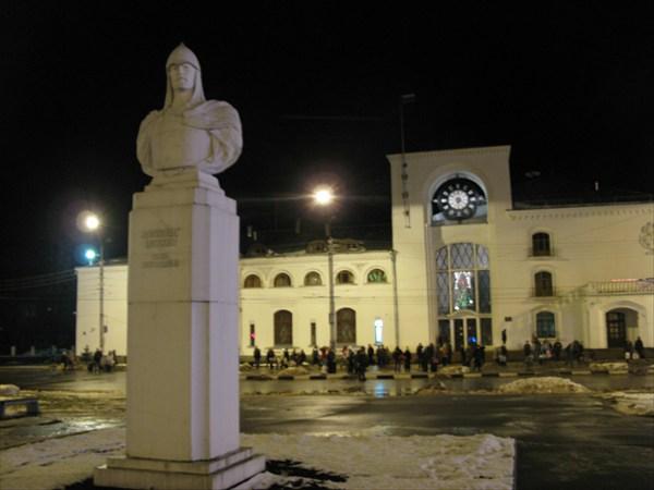 Вокзал и памятник Александру Невскому