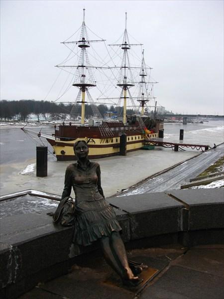 """Скульптура """"Уставшая туристка"""" 2009"""