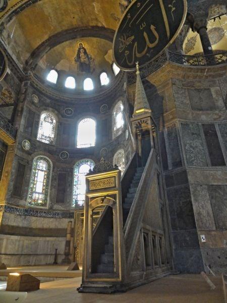 В алтаре находится Михраб - классически это ниша в стене мечети,