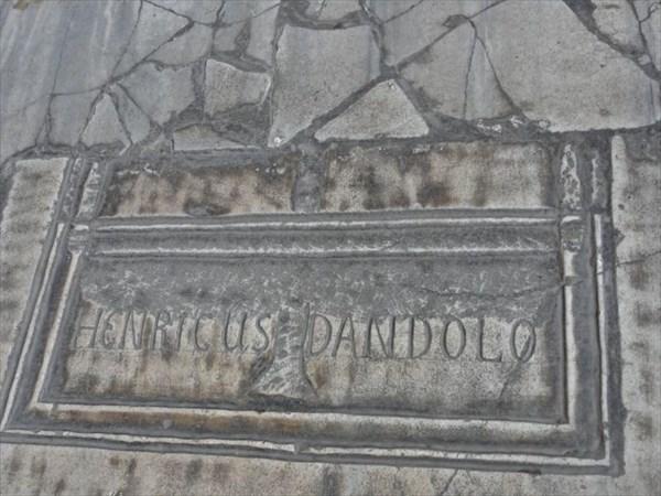 """Под плитой с латинской надписью """"Henricus Dandolo"""""""