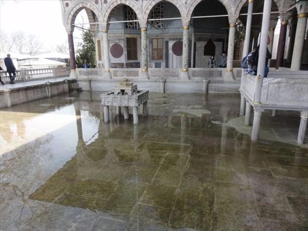 Мраморная терраса с фонтаном.